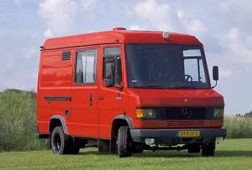 Buscamper Mercedes De rode Benz in Doornspijk huren van particulier