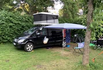 Kampeerbus Mercedes-Benz der Schwarze in Berlin huren van particulier