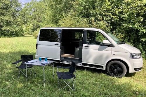 Kampeerbus VW T5 Barney in Landsberg am Lech huren van particulier