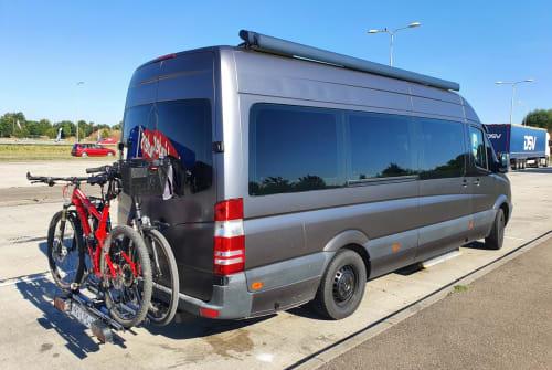 Buscamper Mercedes XXL Familie bus in Schellinkhout huren van particulier