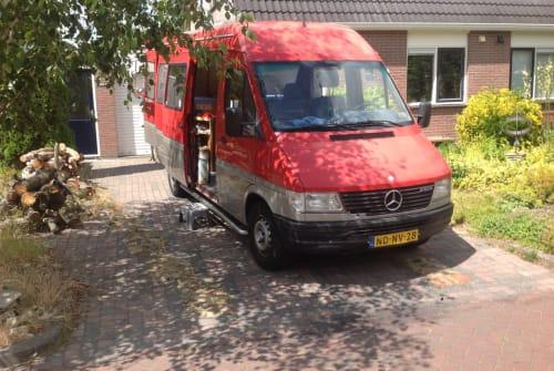 Buscamper Mercedes Onze rode bus in Vries huren van particulier