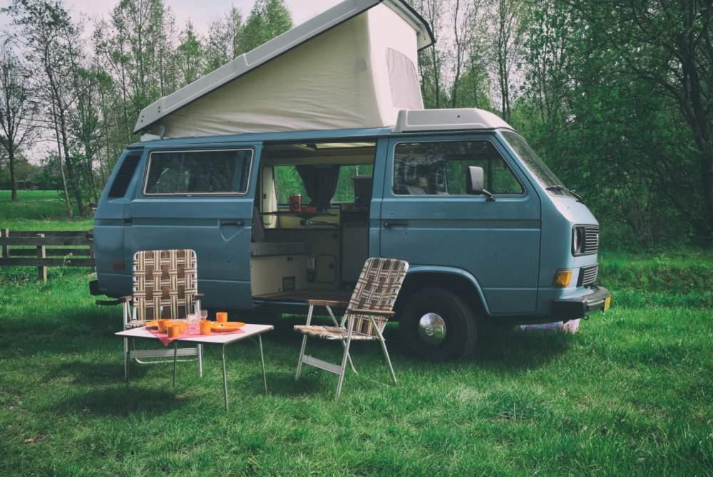 Kampeerbus Volkswagen T3  met De Smurf retro kamperen in de Achterhoek in Zelhem huren van particulier